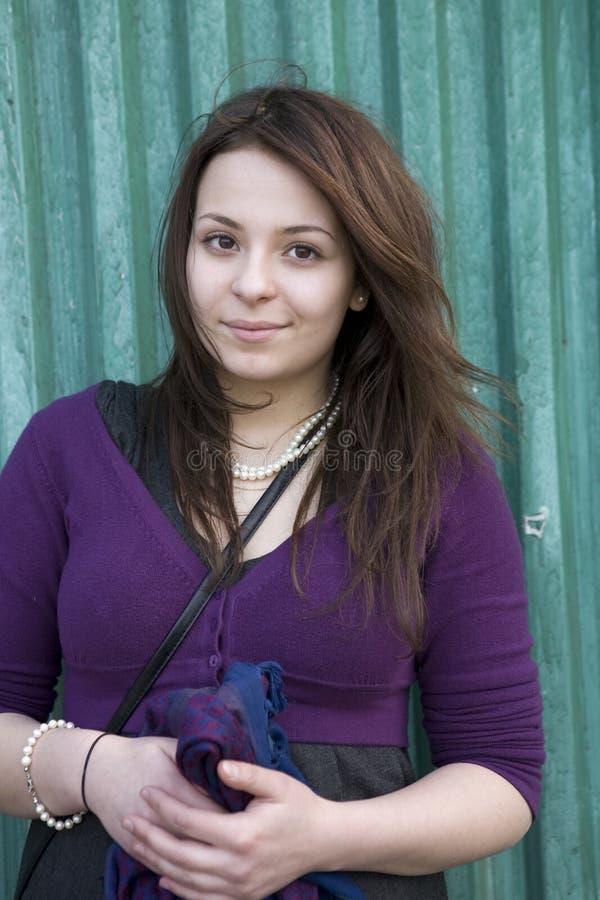 有吸引力的女孩头发长期微笑的青少&# 免版税库存照片