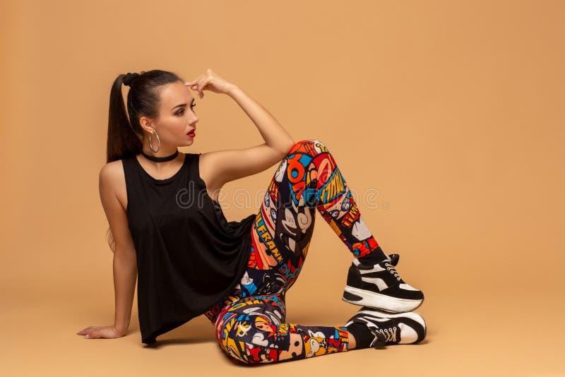 有吸引力的女孩跳舞twerk在演播室 免版税图库摄影
