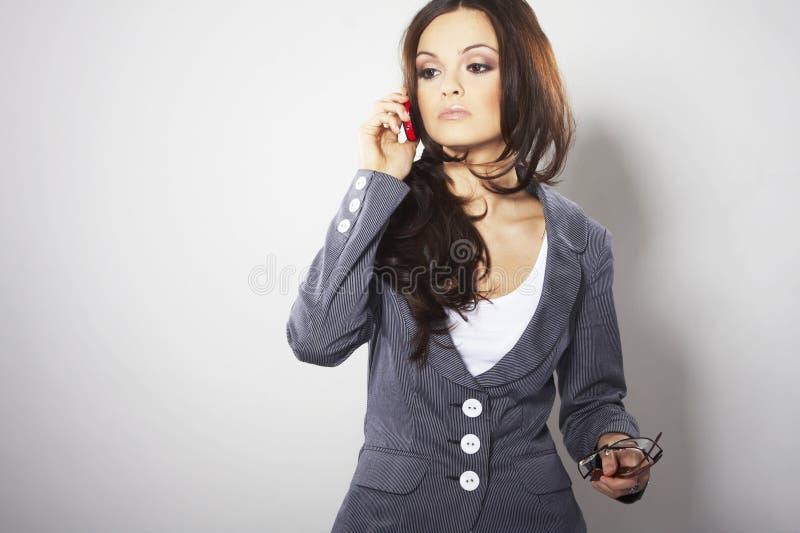 有吸引力的女实业家移动电话 图库摄影