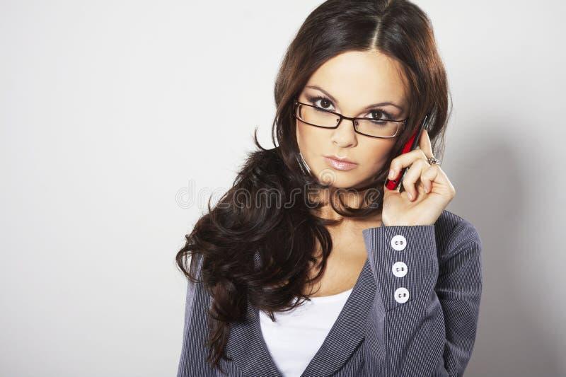 有吸引力的女实业家移动电话 库存图片