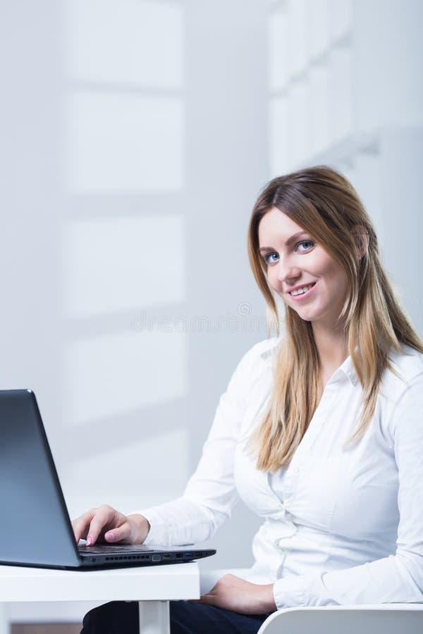有吸引力的女实业家年轻人 库存图片