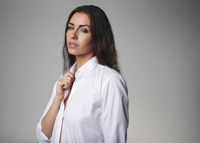 有吸引力的女性式样佩带的衬衣 免版税库存照片