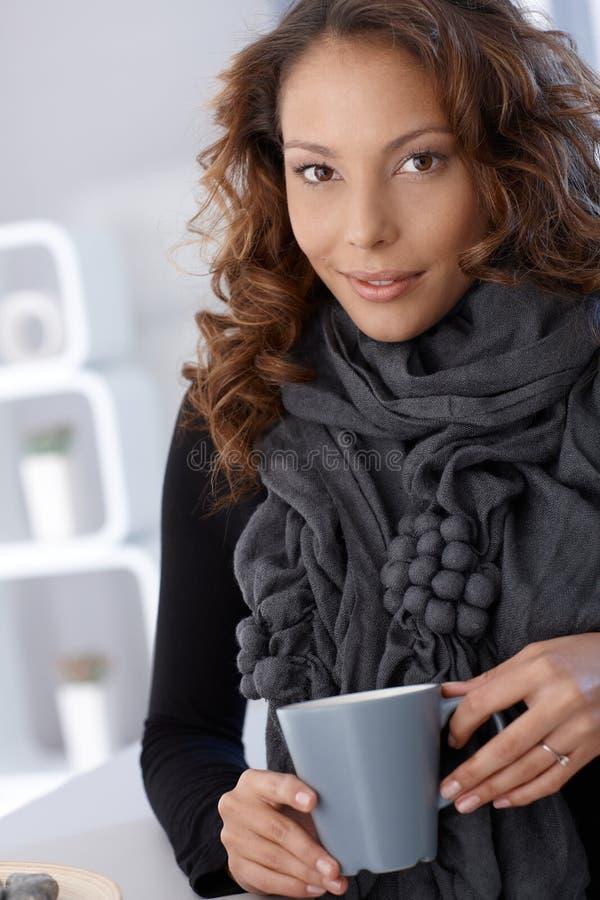 有吸引力的女性饮用的茶纵向  图库摄影