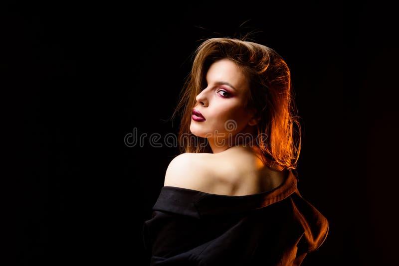 有吸引力的妇女构成面孔 黑暗的嘴唇发烟性眼睛 r 构成化妆用品概念 o 免版税库存照片