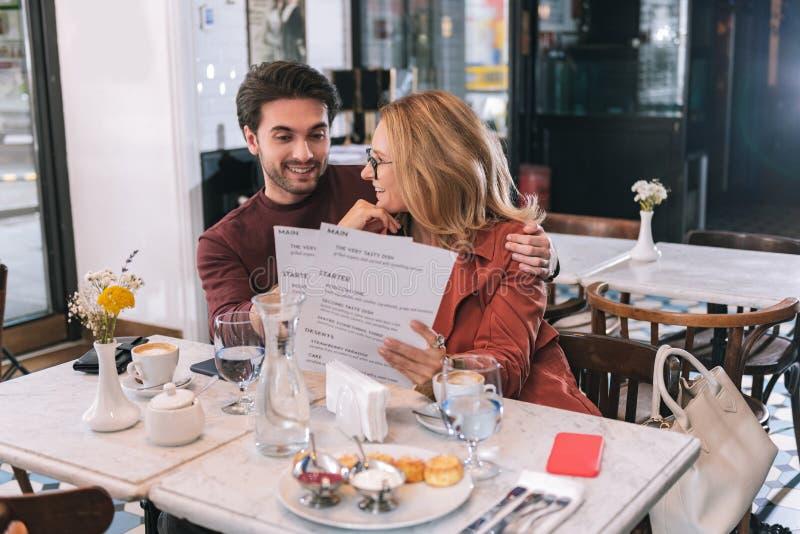 有吸引力的宜人的夫妇审查的菜单 免版税库存照片