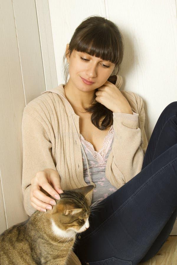 有吸引力的家庭妇女年轻人 免版税库存图片