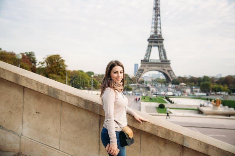 有吸引力的小姐立场在巴黎的中心 埃佛尔铁塔背景  旅行 免版税图库摄影