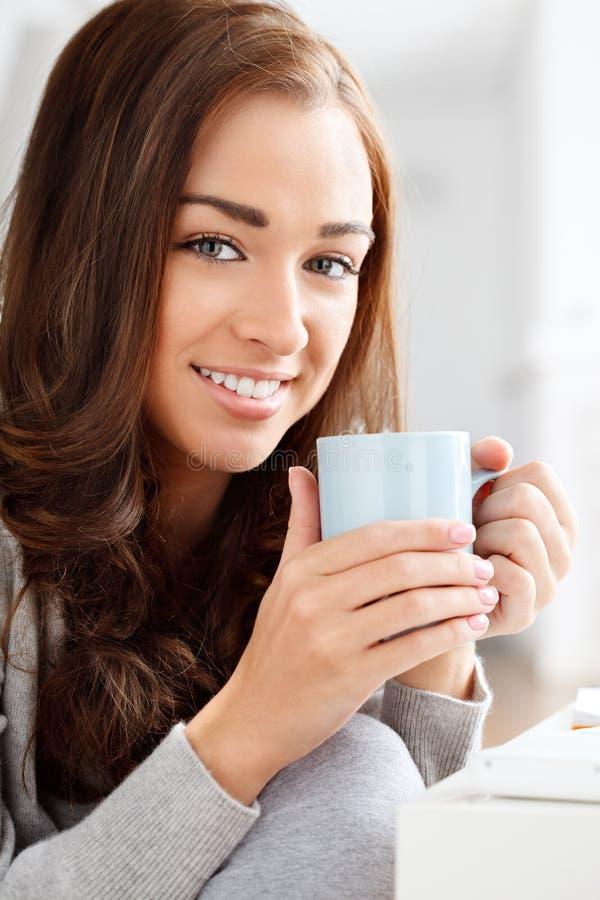 有吸引力的少妇饮用的咖啡在家 库存照片