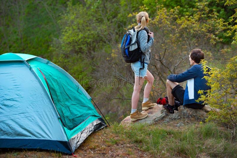 有吸引力的年轻在森林旅行,旅游业的夫妇野营 库存照片