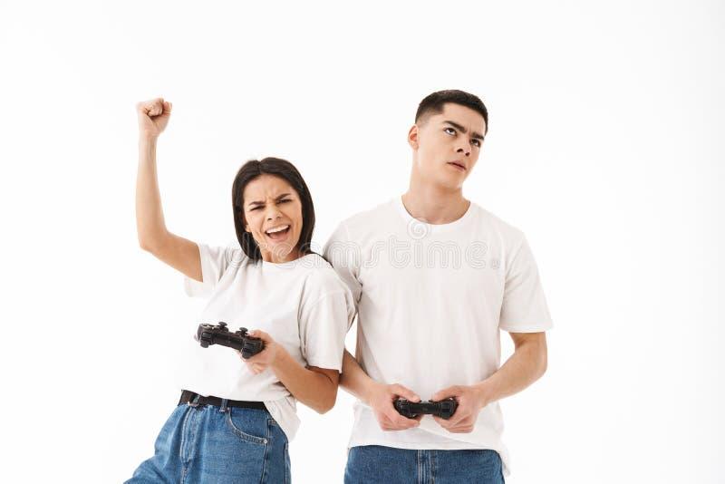 有吸引力的年轻夫妇身分被隔绝在白色 免版税库存图片