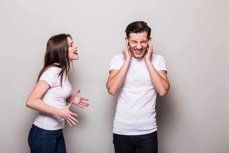 有吸引力的恼怒的夫妇战斗 免版税库存照片