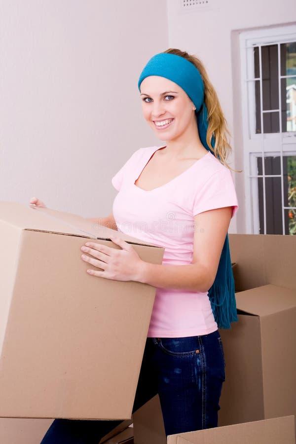 有吸引力的房子移动妇女年轻人 免版税库存图片