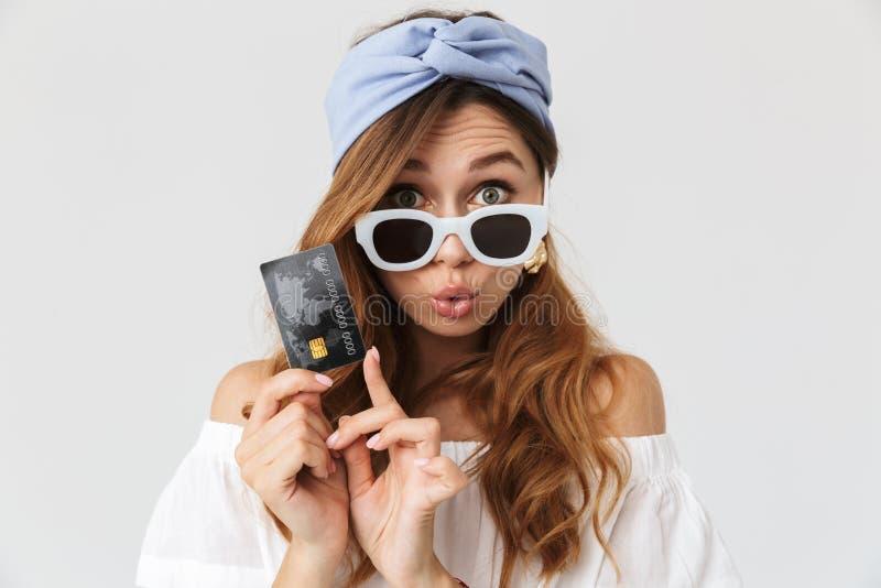 有吸引力的时髦的女孩20s佩带的太阳镜demonstr的图象 图库摄影