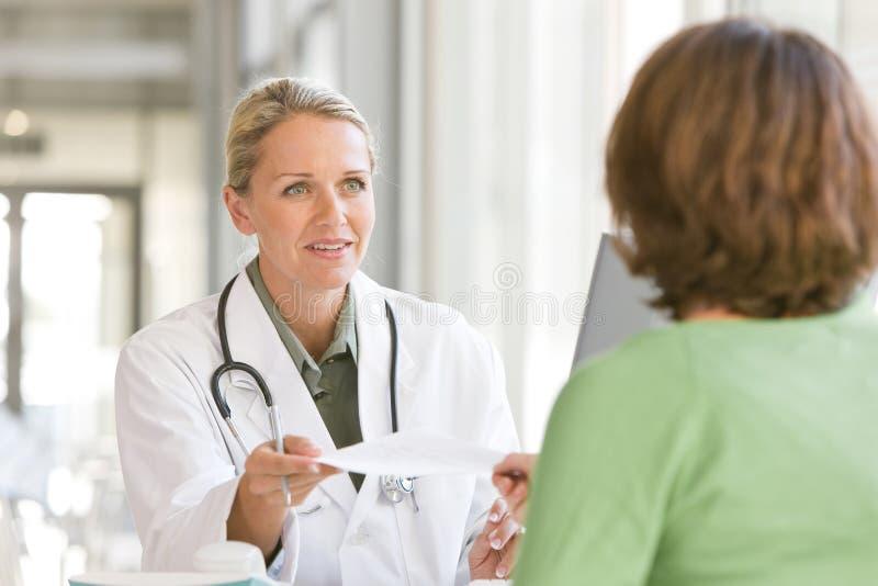 有吸引力的有同情心的医生年轻人 免版税库存照片