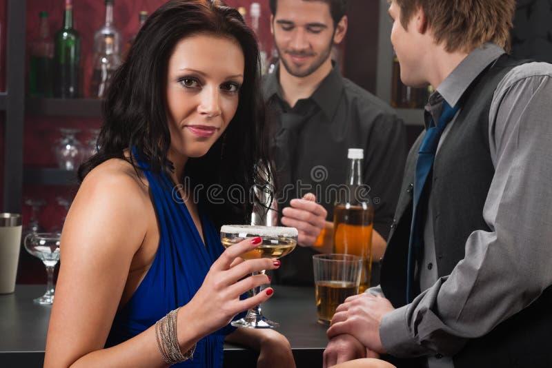 有吸引力的棒饮料坐的妇女 免版税库存照片