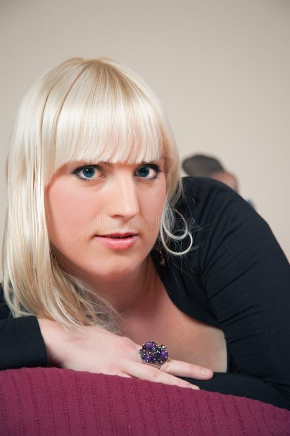 有吸引力的河床白肤金发的女孩 免版税图库摄影