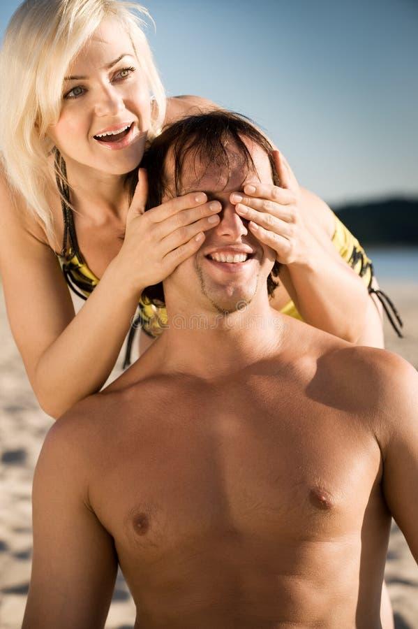有吸引力的海滩夫妇 库存照片