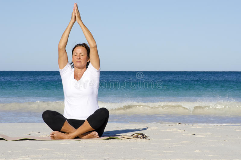 有吸引力的海滩思考的高级妇女 免版税库存图片