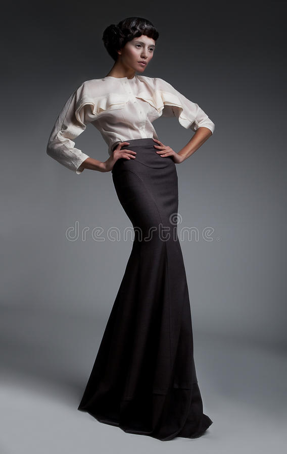 有吸引力的深色的礼服方式长的设计 免版税库存照片