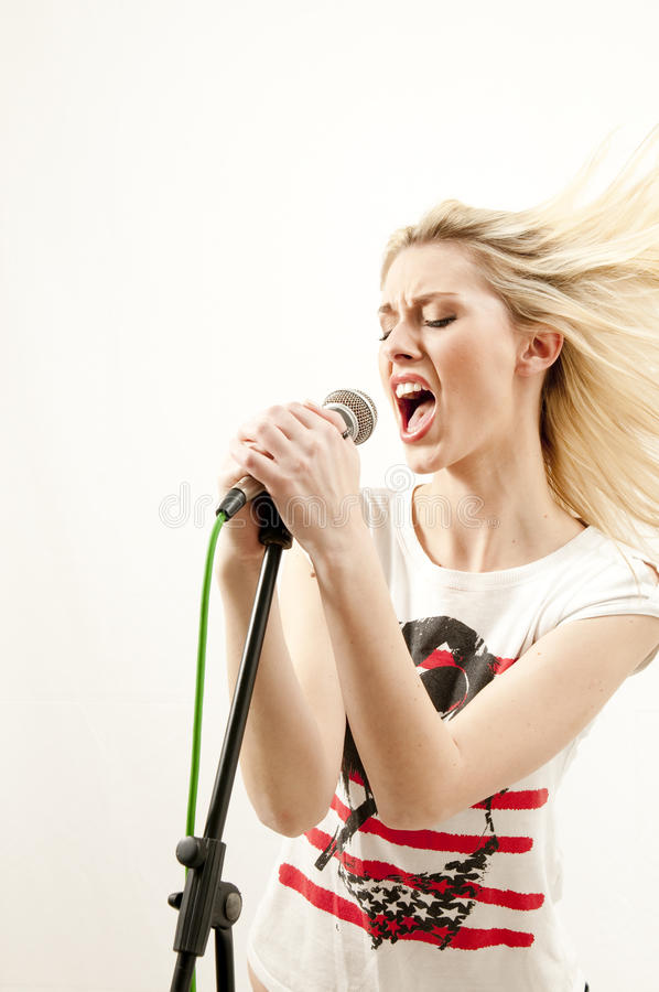 有吸引力的激情执行歌唱家年轻人 库存照片