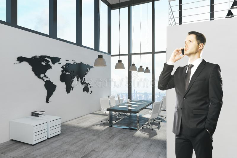 有吸引力的生意人电话 免版税库存照片