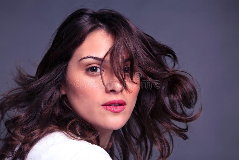 有吸引力的甩的头发她的妇女 库存照片