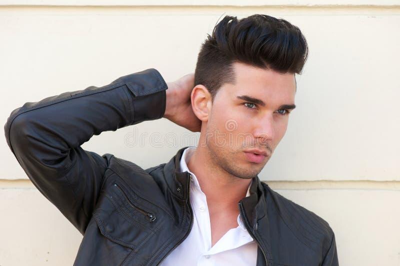 有吸引力的男性时装模特儿用在头发的手 库存图片