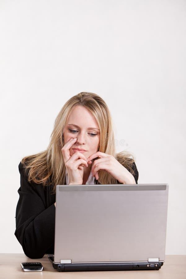 有吸引力的白肤金发的女实业家白种&# 库存图片