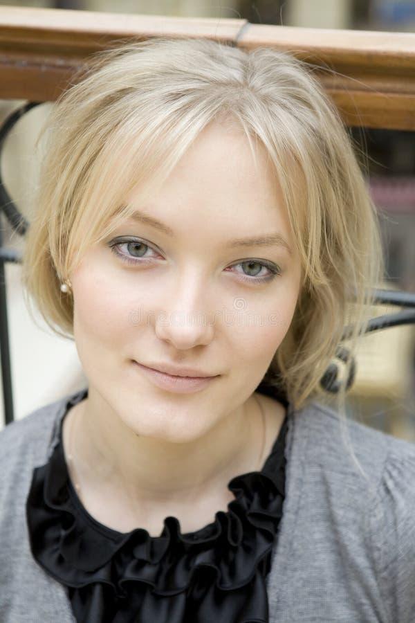 有吸引力的白肤金发的纵向严重的妇&# 免版税库存照片