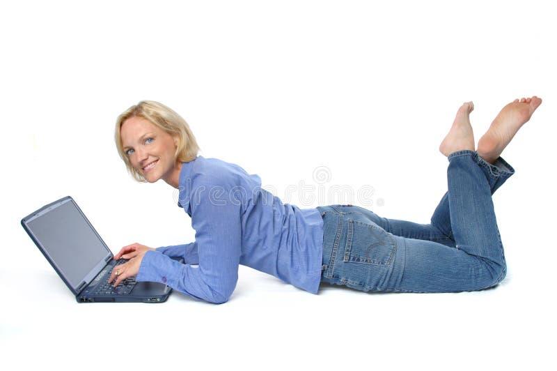 有吸引力的白肤金发的膝上型计算机 免版税库存照片