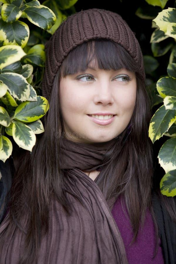 有吸引力的盖帽沉思佩带的妇女年轻&# 免版税库存照片