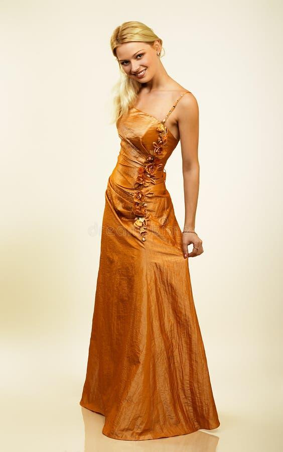 有吸引力的礼服夜间纵向妇女年轻人 库存照片