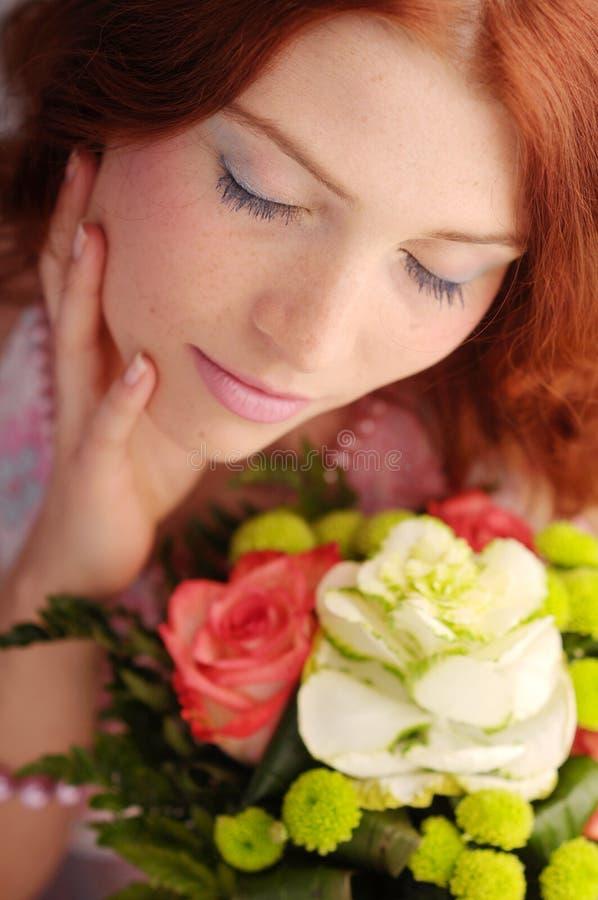 有吸引力的红头发人玫瑰色妇女年轻&# 库存图片