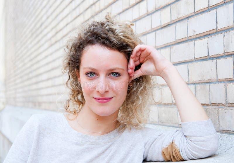 有吸引力的美丽的妇女年轻人 免版税图库摄影