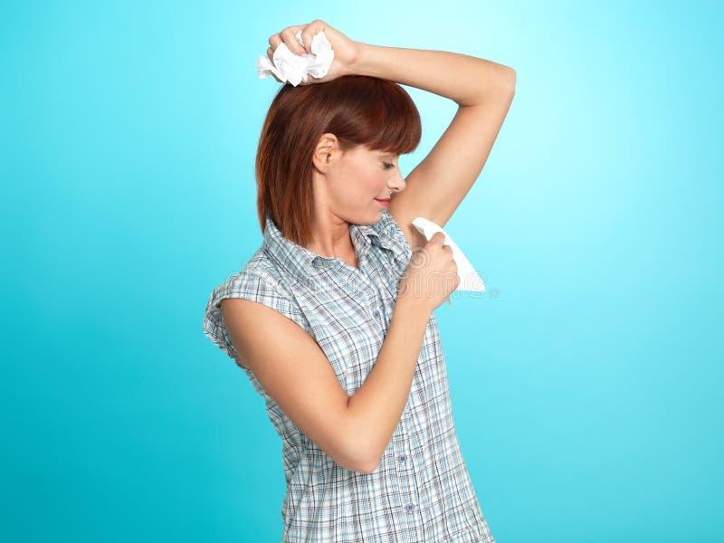有吸引力的腋窝她的清除妇女年轻人的汗水 免版税图库摄影