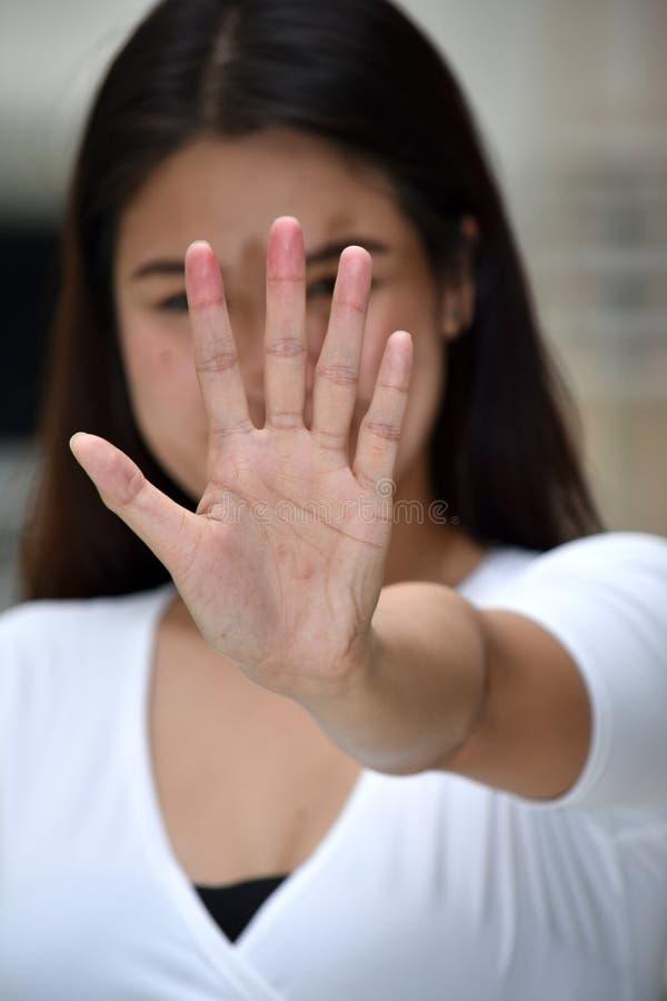 有吸引力的菲律宾女人成年女性打手势的中止 免版税库存图片