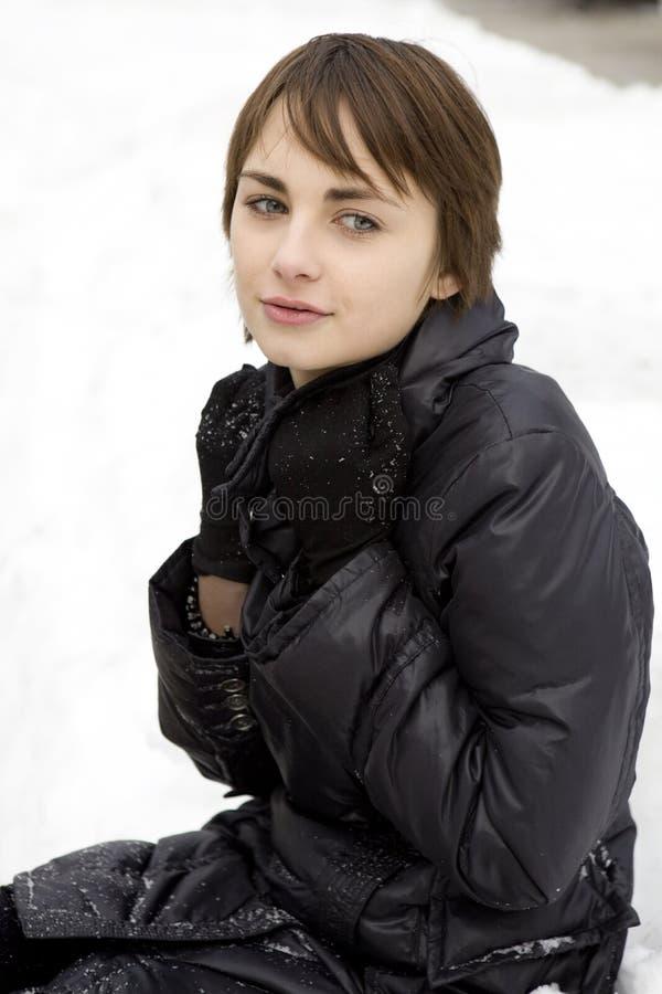 有吸引力的落的雪妇女年轻人 免版税库存图片