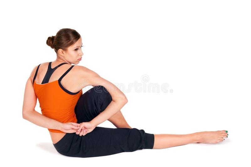 有吸引力的适合的实践的女子瑜伽年&# 库存照片