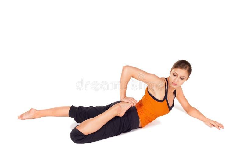 有吸引力的适应姿势实践的女子瑜伽 免版税库存照片