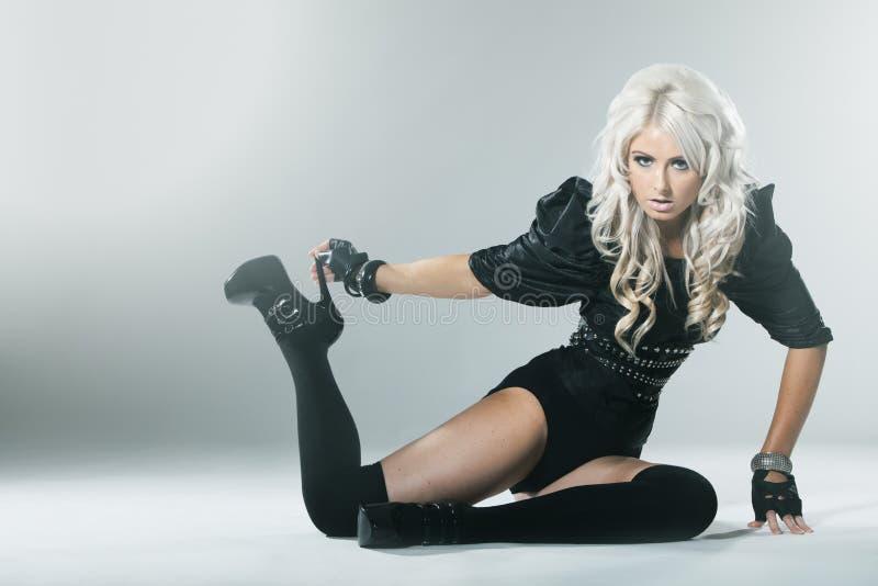 有吸引力的高档时尚黑色的年轻金发碧眼的女人穿衣 免版税库存图片