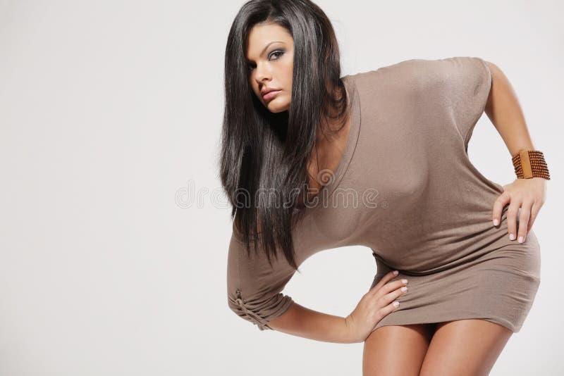 有吸引力的黑发长的妇女年轻人 免版税库存图片