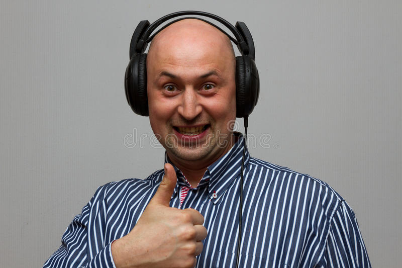 有吸引力的年轻人佩带的耳机 库存图片