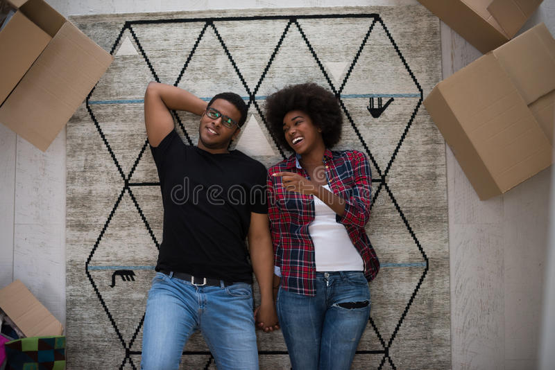 有吸引力的年轻非裔美国人的夫妇顶视图  图库摄影