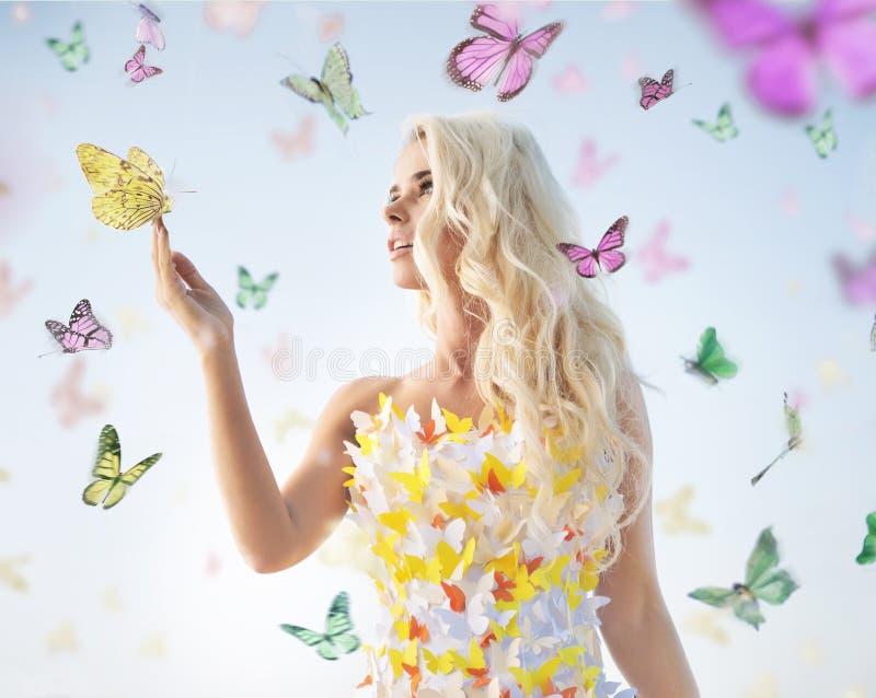 有吸引力精美白肤金发使用与蝴蝶 库存图片