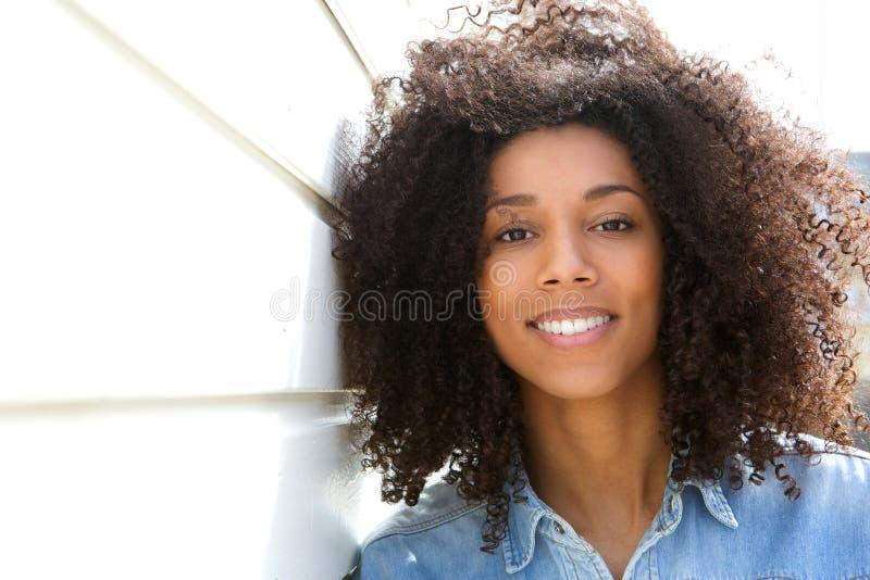 有吸引力非裔美国人妇女微笑 库存照片