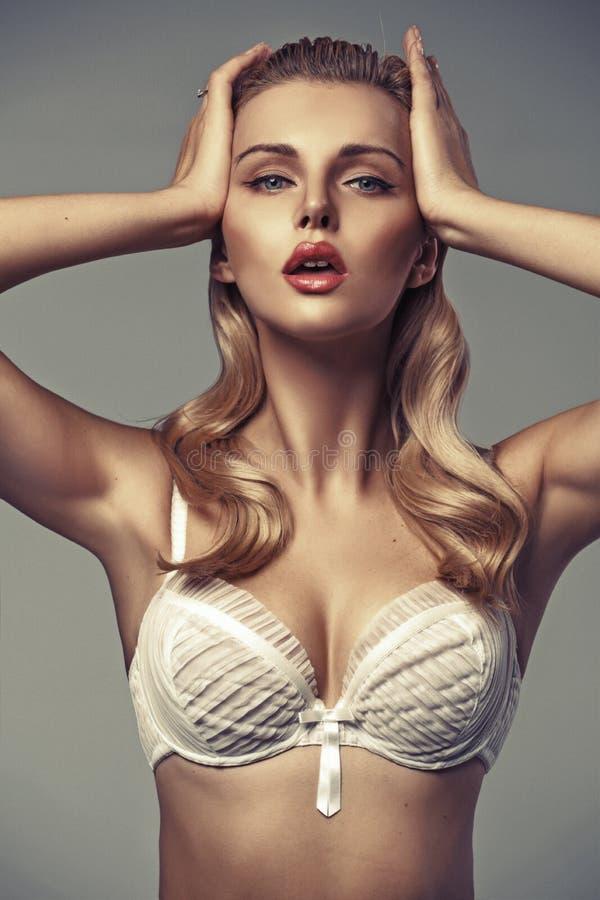 有吸引的嘴唇的肉欲的白肤金发的夫人 库存照片