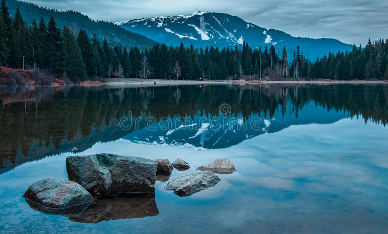 有吹口哨山的蓝色反映的湖 免版税库存图片