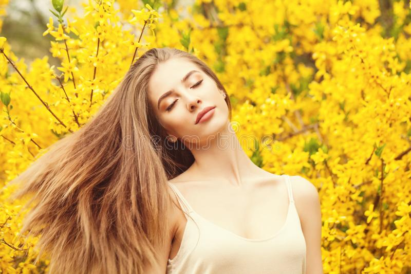 有吹的头发的快乐的妇女户外 免版税库存图片