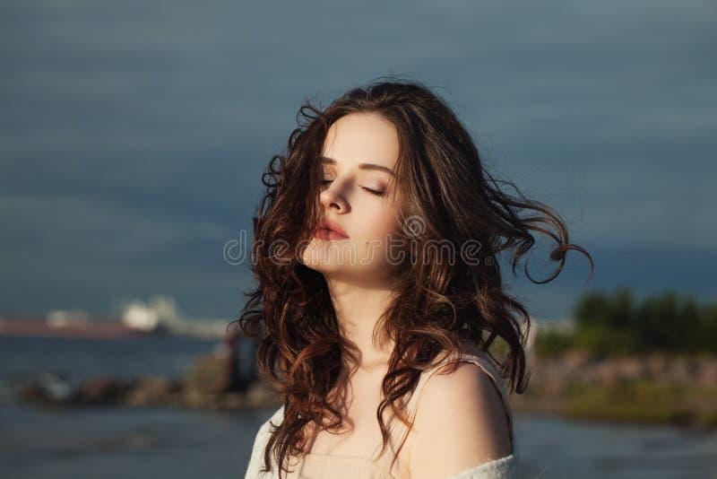 有吹的头发走的壮观的妇女 免版税库存图片
