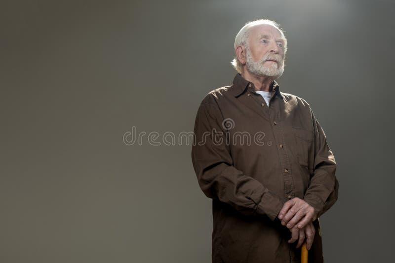 有周道的神色的镇静老人 免版税库存照片